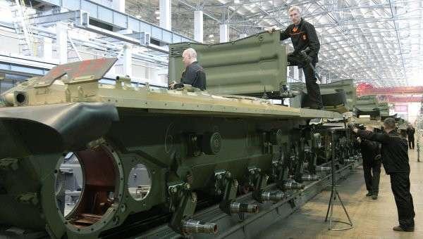 Рабочие Уралвагонзавода осуществляют сборку танков в производственном цехе, архивное фото