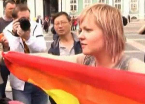 В Петербурге задержали активистку педерастов, провоцировавшую десантников