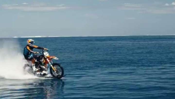 Австралийцы хитры на выдумки: на мотоцикле по морю, как по суше