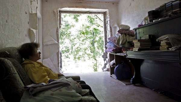 Жительница Горловки в квартире, поврежденной в результате обстрела