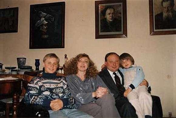 Егор Гайдар в кругу семьи (жена и дети). На стене обязательно портрет деда (пусть даже неродного)
