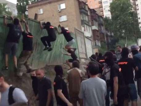Молодчики в чёрных майках и балаклавах устроили погром в Киеве