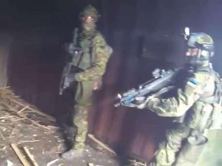 10 эстонских спецназовцев захватили и зачистили пустой контейнер