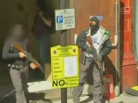 Вооружённые мужчины «расстреляли» в Лондоне прохожих и захватили кафе