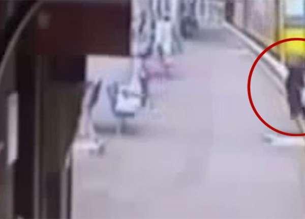 Австралийка спасла девочку, спрыгнувшую под поезд за обручем