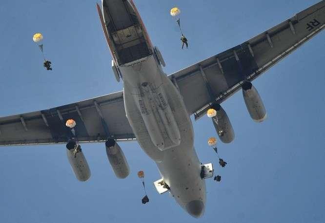 Выброска десанта из самолета Ил-76МД во время тактических учений отдельной бригады ВДВ РФ на Сергеевском полигоне в Приморском крае, 26 марта 2015 года