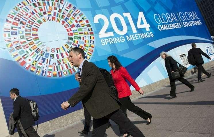 Символика сессии МВФ и Всемирного банка около здания Международного валютного фонда