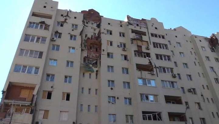 Ночные обстрелы карателей: в Донецке разрушены дома и склад