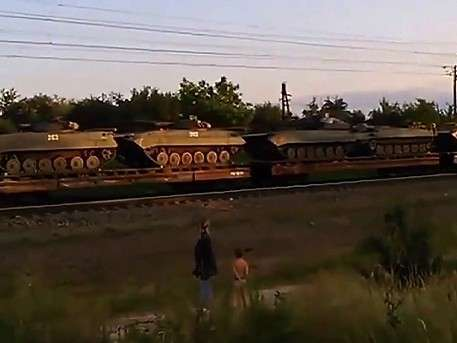 Жители Украины сняли массовую переброску бронетехники к Донбассу