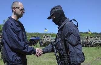 Арсений Яценюк во время посещения блок-поста украинской армии под Славянском
