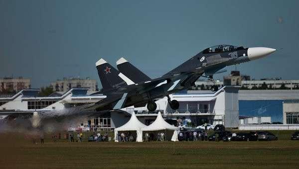 Самолет Су-27 во время генеральной репетиции летной программы торжественного открытия Международного авиационно-космического салона МАКС-2015