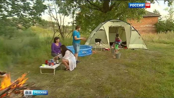 В Подмосковье многодетную семью погорельцев выселили в палатку