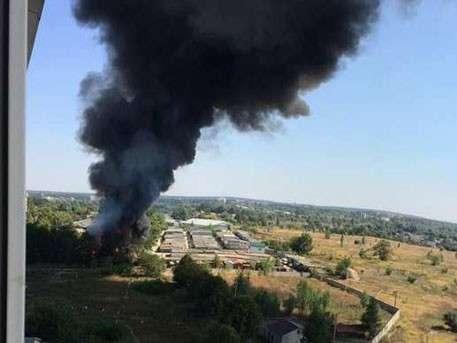 Мощные взрывы и чёрный дым: под Киевом горит промпредприятие