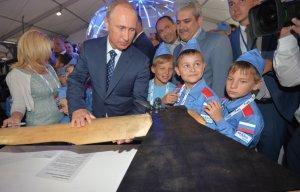 Владимиру Путину на МАКС-2015 подарили зубную пасту для полётов в космос и суперчасы