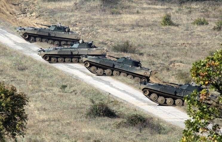 Болгария стягивает бронетехнику к границе с Македонией для защиты от мигрантов