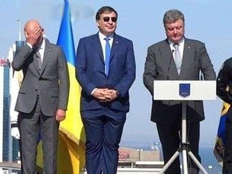 «Миша, бруки в Одессе так не носят» – нелепый костюм Саакашвили стал хитом Интернета
