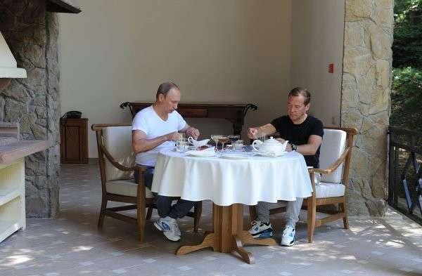 Владимир Путин и Дмитрий Медведев пожарили барбекю