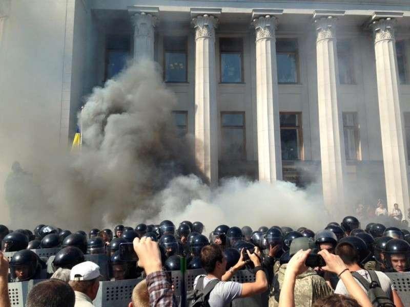 В результате столкновений под Радой в Киеве погибли пять правоохранителей
