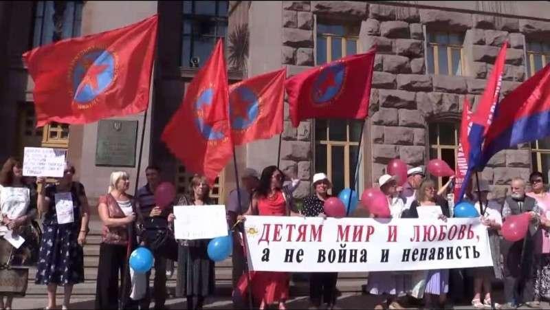 В центре Киева горстка смельчаков потребовала прекратить войну в Донбассе!