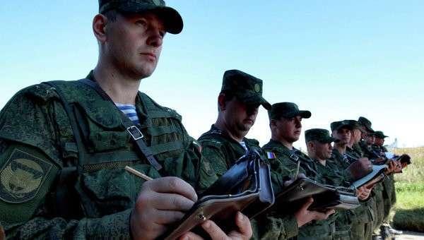 Командиры подразделений бригады Воздушно-десантных войск во время уточнения поставленной задачи. Архивное фото