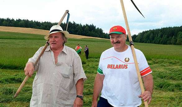 Депардье и Лукашенко на покосе