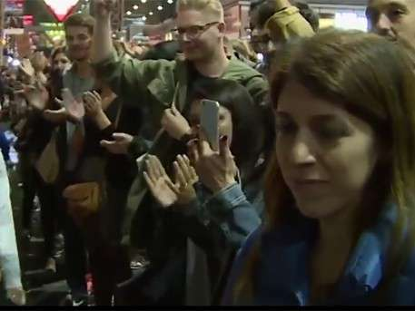 Жители Германии встретили беженцев аплодисментами