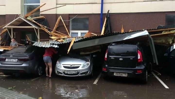 В Казани стихия срывала крыши с домов