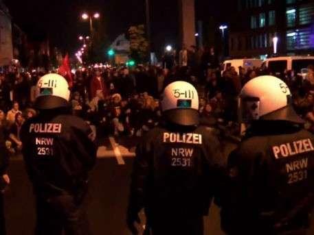 Противники мигрантов забросали полицейских камнями в Германии