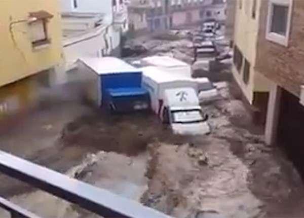 В Андалусии потоки воды уносят припаркованные на улицах машины