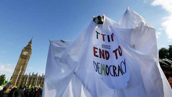 Акция протестаи против соглашения о свободной торговле между США и ЕС в Лондоне. Архивное фото