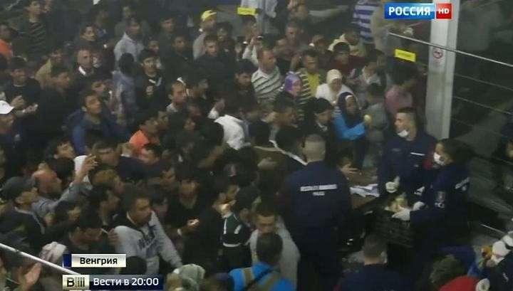 Восстание нелегалов: полицейские Венгрии кормят беженцев через решётку