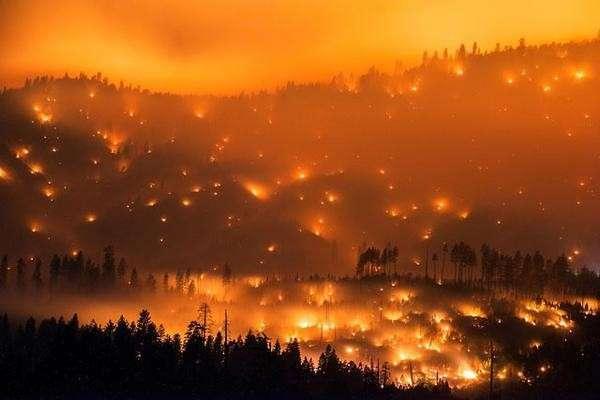 Лесной пожар в Калифорнии разрушил около четырехсот зданий
