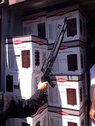 Контейнеры с гуманитарной помощью для беженцев были заполнены боеприпасами и оружием