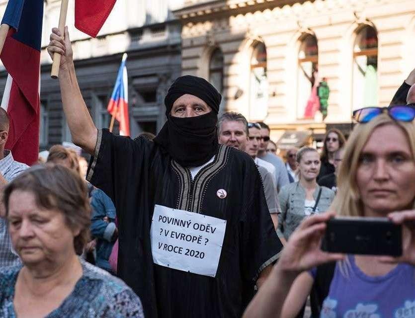 Жители Праги приветствуют мигрантов на своей земле