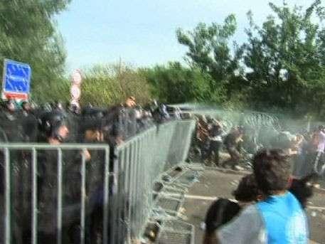 Мигранты прорвались на территорию Венгрии: к границе стягивают войска