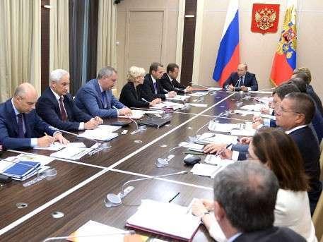 Владимир Путин поручил снизить зависимость бюджета от цен на нефть