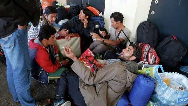 Беженцы из стран Ближнего Востока на станции Уэст Банкхофф в Вене. Архив
