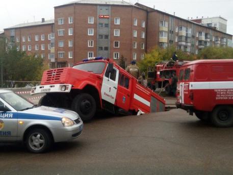 В Улан-Удэ пожарная машина провалилась под землю