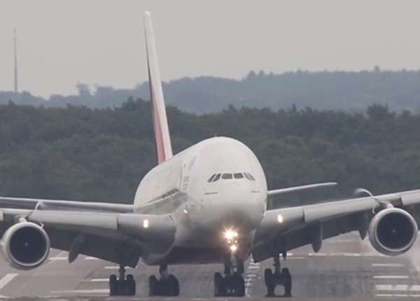 Самый большой самолёт в мире совершает посадку при мощном боковом ветре
