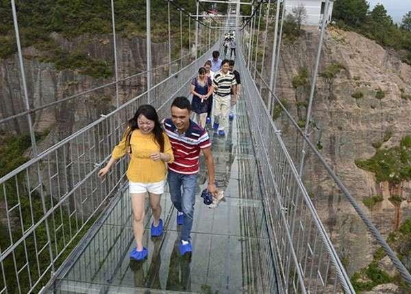 Стеклянный подвесной мост в Китае привёл в ужас первых туристов