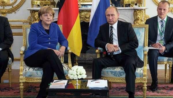 Президент РФ Владимир Путин и канцлер Германии Ангела Меркель во время встречи в Елисейском дворце в Париже. 2 октября 2015