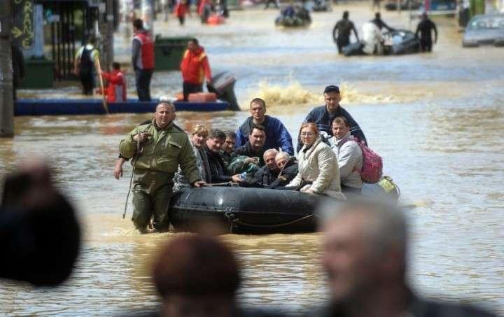 Российские спасатели эвакуировали из зон наводнения в Сербии более двух тысяч человек