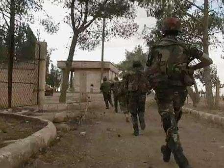 Сирийский спецназ зачищает города от боевиков: кадры уличных боёв