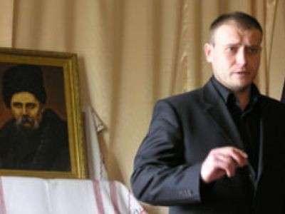 8 мая 2007 года в Тернополе (Западная Украина) разрозненные группы нацистов и исламистов создают так называемый «Антиимпериалистический Фронт» , цель которого – борьба против России. В его состав входят организации из Литвы, Польши, Украины и России, в числе которых исламистские сепаратисты Крыма, Адыгеи, Дагестана, Ингушетии, Кабардино-Балкарии, Карачаево-Черкесии, Осетии и Чечни. Доку Умаров не имел возможности присутствовать на съезде лично, но его обращение к съезду было зачитано. Фронт возглавил Дмитрий Ярош, который после государственного переворота в Киеве в феврале 2014 года станет заместителем секретаря Совета национальной безопасности Украины.