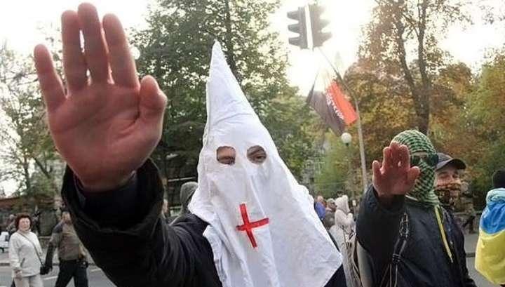 «Марш героев» в Киеве: маски Ку-клукс-клана и нацистские приветствия
