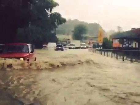 Мощные ливни затопили дороги и остановили поезда в Сочи