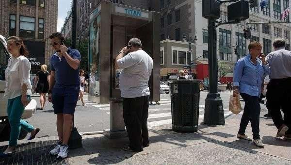 Люди на улице Нью-Йорка. Архивное фото