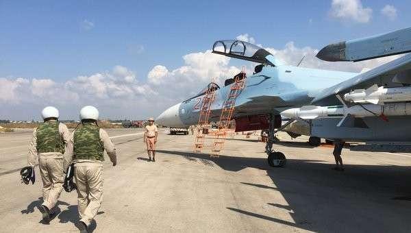 Российские летчики готовятся к полету на истребителе СУ-30СМ на авиабазе Хмеймим в Сирии