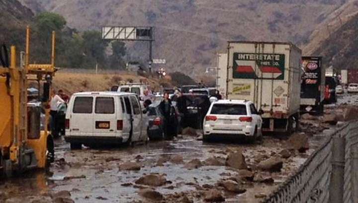 Мощный сель сошёл в Калифорнии: сотни машин застряли в грязи