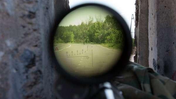 Вид сквозь снайперскую винтовку с блокпоста на дороге между Харьковом и Славянском